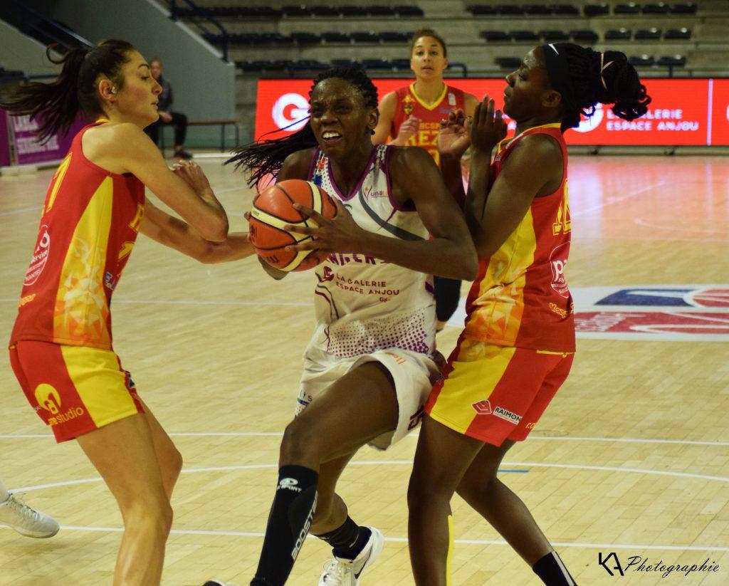 Meilleure joueuse du match, Lorraine LOKOKA perce la défense nantaise et marquera 23 points dans cette rencontre