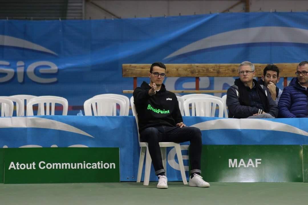 """""""Julien, juge de ligne assis. Crédit photo : Engie Open Nantes Atlantique"""""""
