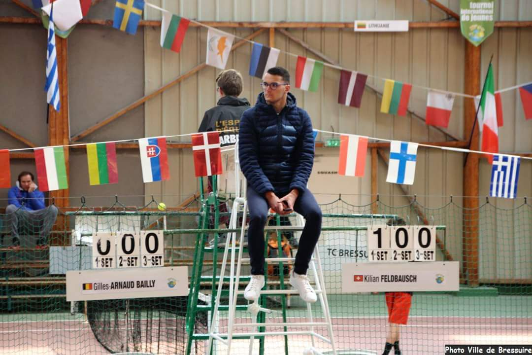 """Julien, arbitre de chaise. Crédit photo : Tennis Club de Bressuire (tournoi : TOP 10 – 12 2017)"""