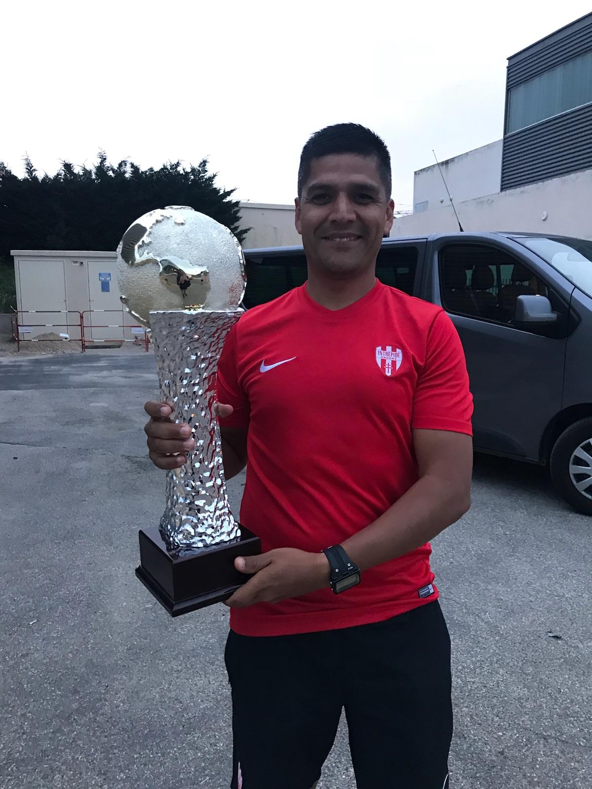 Carlos GOMEZ avec le trophée du vainqueur.